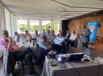 Les membres écoutent les suggestions du gouverneur, ancien professeur. Les inondations dans notre district préoccuppent!